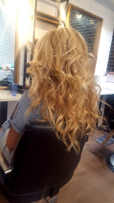 Blond natural highlights with a wavy natural blow dry